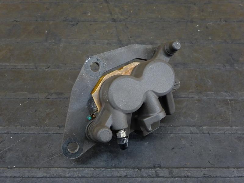 【200907】YZF-R25 ABS(RG10J-007)◇ フロントブレーキキャリパー ※検:MT-25 YZF-R3 | 中古バイクパーツ通販・買取 ジャンクヤード鳥取 JunkYard