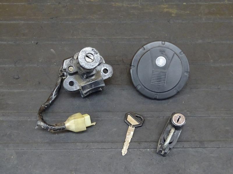 【210607】Dトラッカー/250SB■ キーセット メインキー KM-4 タンクキャップ ヘルメットホルダー ※検:KLX250 LX250E LX250L | 中古バイクパーツ通販・買取 ジャンクヤード鳥取 JunkYard