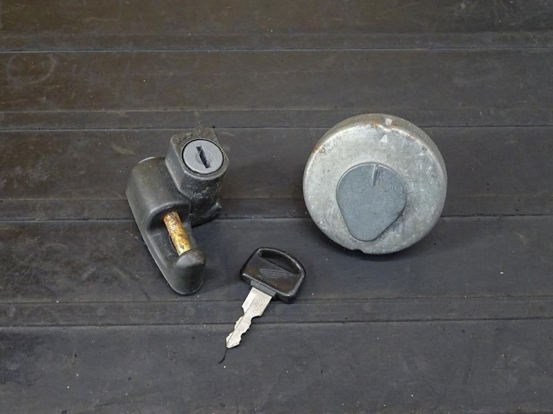 【201224】リトルカブ50(AA01-3604)■ タンクキャップ ヘルメットホルダー | 中古バイクパーツ通販・買取 ジャンクヤード鳥取 JunkYard