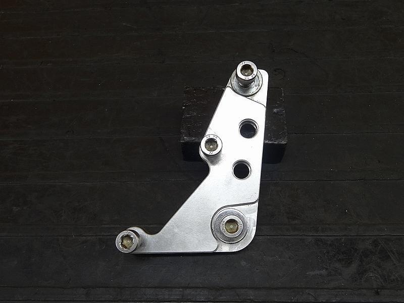 【180611.A】 SR400/500(2H6/2J2)☆右側ブレーキキャリパーサポート APキャリパーを使用していた物。【1JR 1JN | 中古バイクパーツ通販・買取 ジャンクヤード鳥取 JunkYard