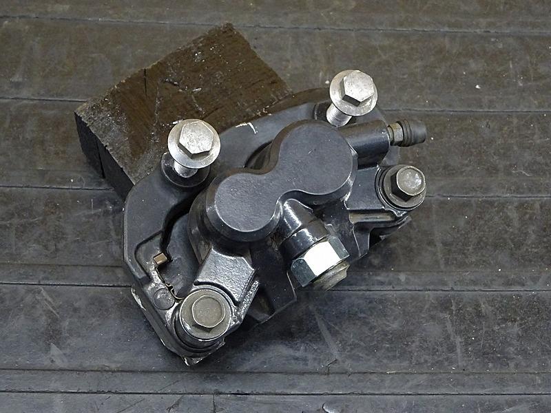 【200221】セロー250(DG17J-000)■ フロントブレーキキャリパー キャリパーサポート | 中古バイクパーツ通販・買取 ジャンクヤード鳥取 JunkYard