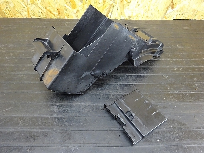 【190520.K】ZRX400(ZR400E-051)● リアインナーフェンダー バッテリーボックス 小物入れ (2005年 イモビ付き | 中古バイクパーツ通販・買取 ジャンクヤード鳥取 JunkYard