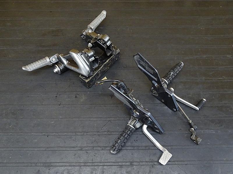 【200108】ZZ-R1100 D9 '01(ZXT10D-075)■ ステップセット メインステップ タンデムステップ シフト/ブレーキペダル 【ZZR1100 ZX-11 | 中古バイクパーツ通販・買取 ジャンクヤード鳥取 JunkYard