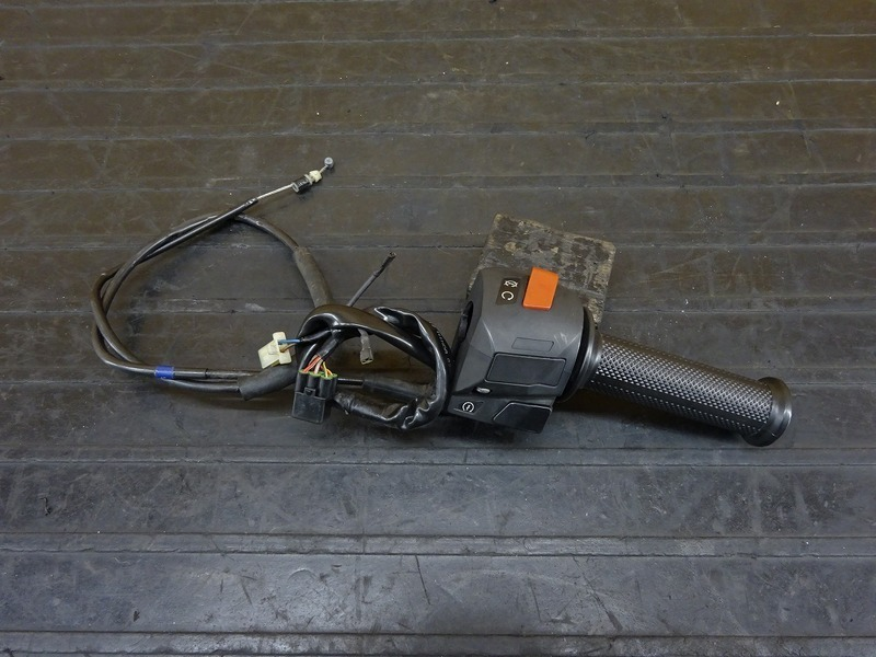 【210113】KTM 125DUKE◇ ハンドルスイッチ右 スイッチボックス右 スロットルホルダー 【デューク 200 | 中古バイクパーツ通販・買取 ジャンクヤード鳥取 JunkYard